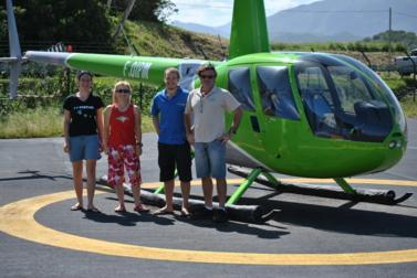 L'équipe réalisant le suivi, devant l'hélicoptère