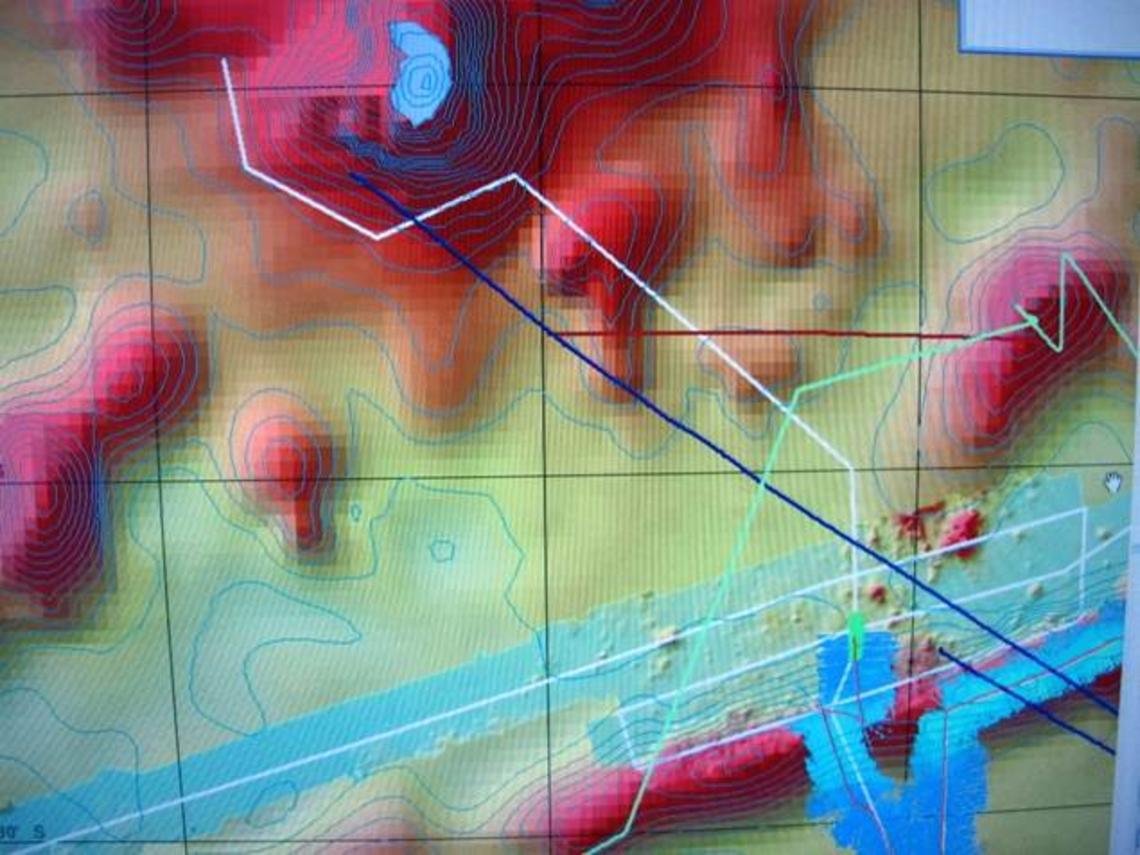 Route au matin du 10 septembre, le bateau est  matérialisé en vert dans la partie basse droite du cliché, il traverse la ride et fait cap au Nord, les levés multifaisceaux sont en bleu ciel, la route prévue en blanc. L'Ile de Fatu Hiva se situe en grisé, en haut d'image.