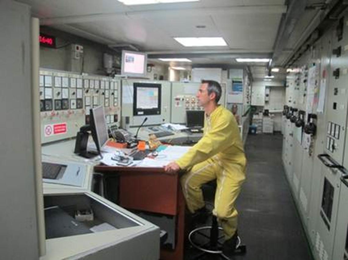 Emeric, chef mécanicien, dans la salle de contrôle machines.