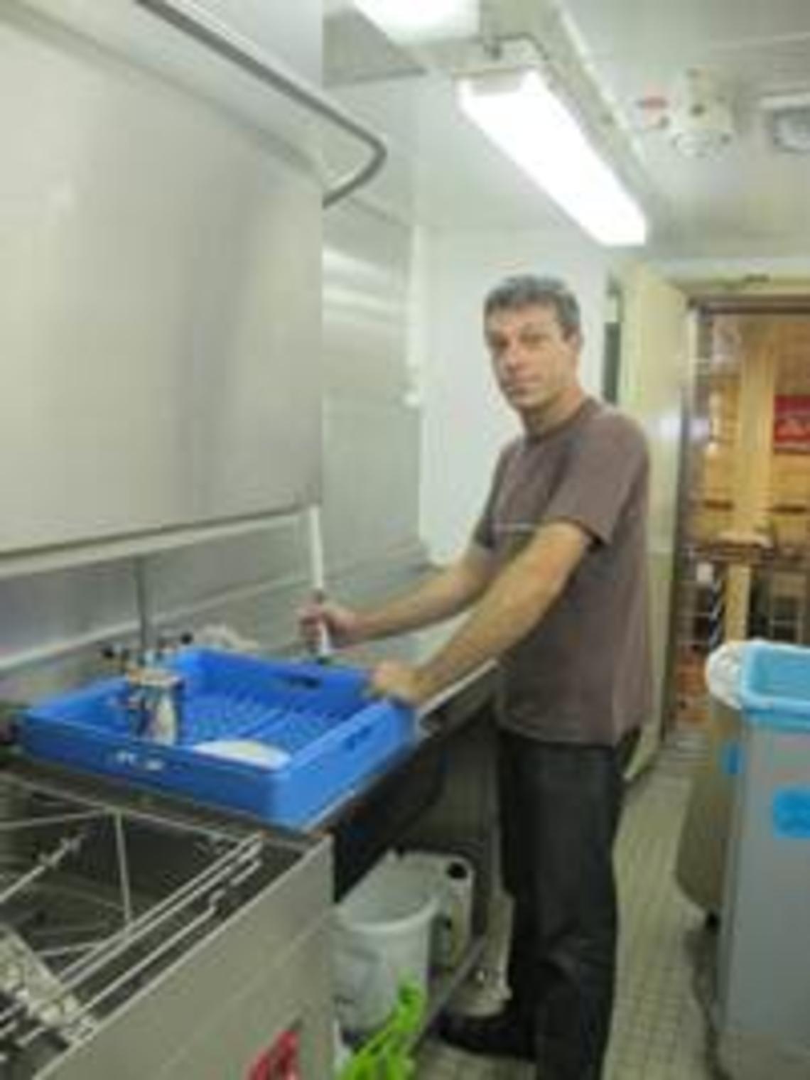 Jacques finalise la vaisselle, tout doit être nickel !