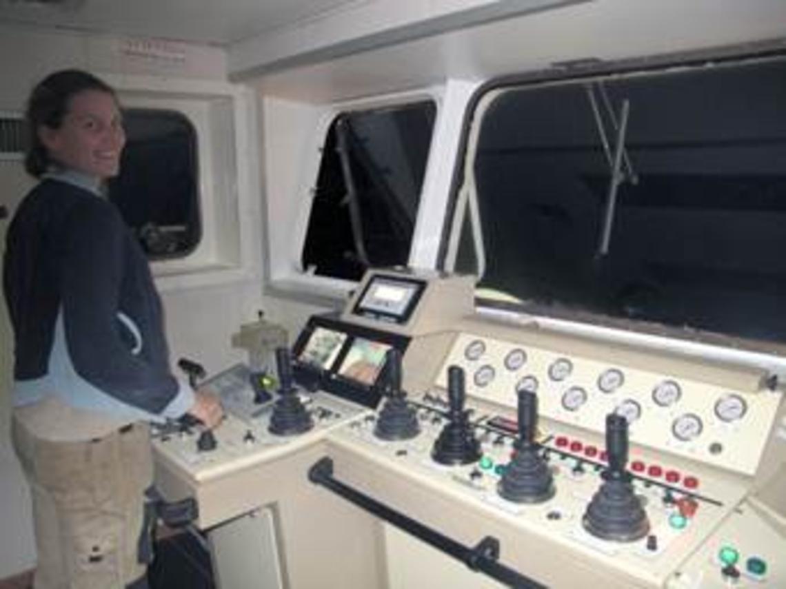 Karine de l'équipe de pont aux commandes du portique articulé et des treuils