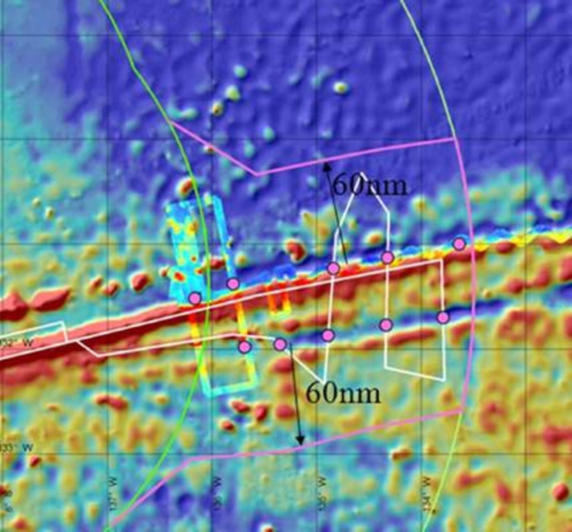 Les pieds de talus (points roses) sont situés sur les flancs sud et nord de la ride. La projection à 60 miles nautiques permet une extension illustrée par la limite « rose » au-delà des 200 miles nautiques (ZEE) et limitée à 350 miles nautiques (limites illustrées par les lignes vertes).