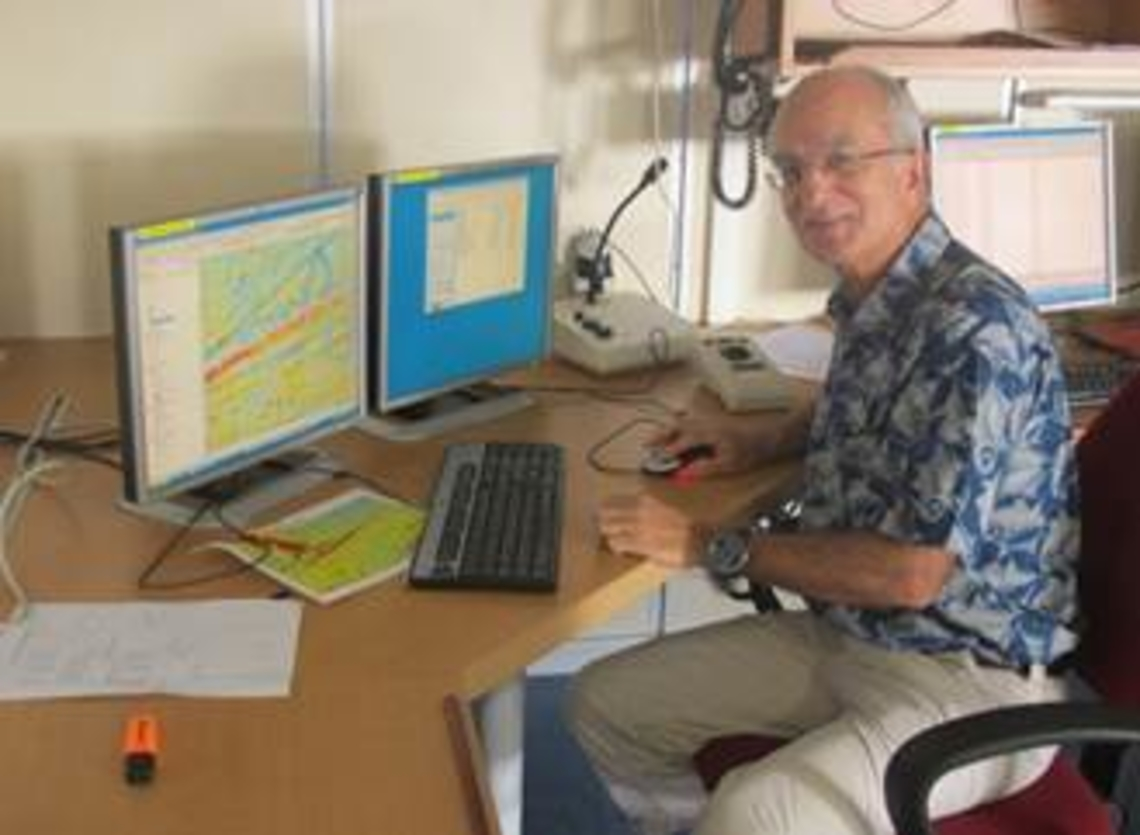 Lionel travaille sous le logiciel SUMATRA (SIG) au suivi de mission et au report, sur fond bathymétrique issu de la mesure altimétrique satellite, des données externes utiles à la prise de décision pour la route à prendre.