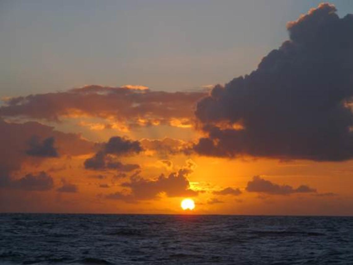 Soirée du 8 septembre : coucher de soleil sur le Pacifique Central Sud.