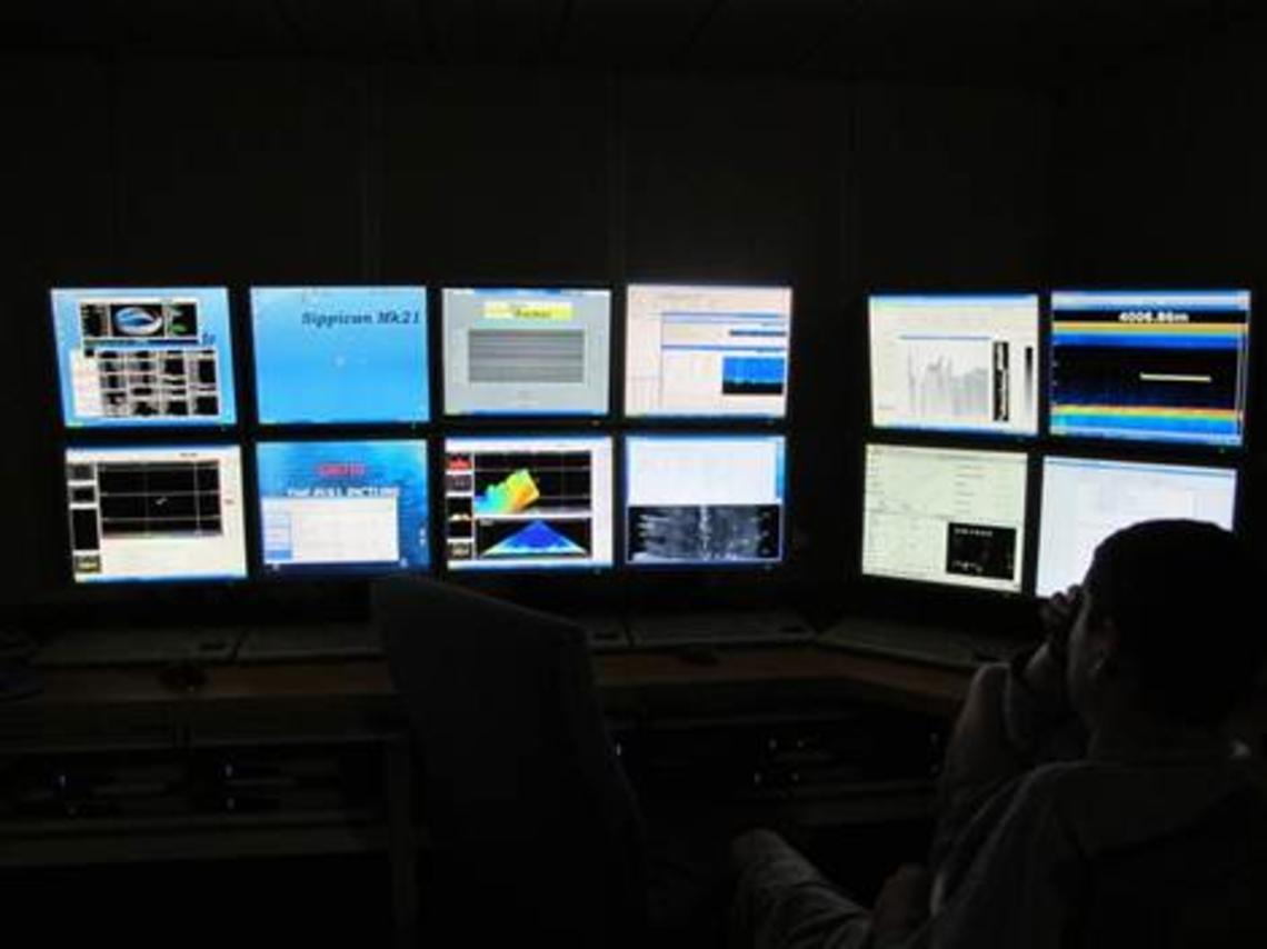 Quart de nuit, surveillance des écrans de contrôle navigation, multifaisceaux, sondeur sédiments, ADCP.